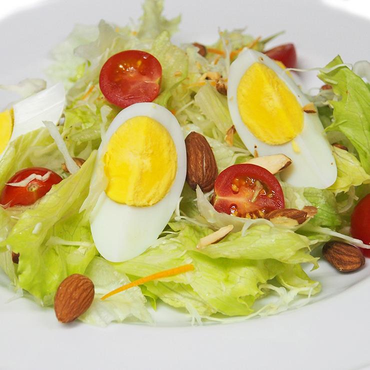 卵とナッツのサラダ